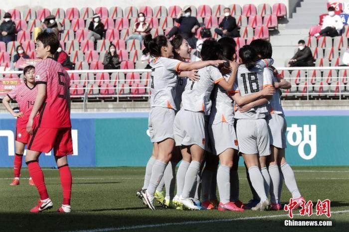 武腾兰中韩女足奥预赛次回合将进行 中国男足赛前送祝福