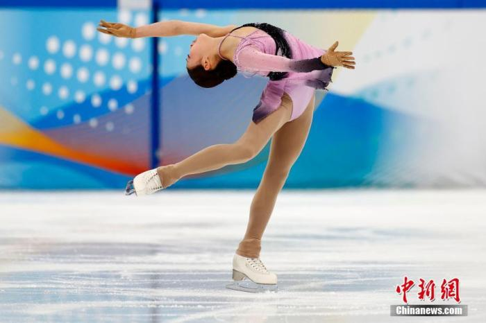 """4月8日,运动员在花样滑冰女子单人滑比赛中。当日,""""相约北京""""冰上项目测试活动花样滑冰比赛在北京的首都体育馆进行,这是该场馆完成冬奥改造后的首次亮相。北京2022年冬奥会期间,首都体育馆将承担短道速滑和花样滑冰项目的比赛。 <a target='_blank' href='http://www.chinanews.com/'>中新社</a>记者 富田 摄"""