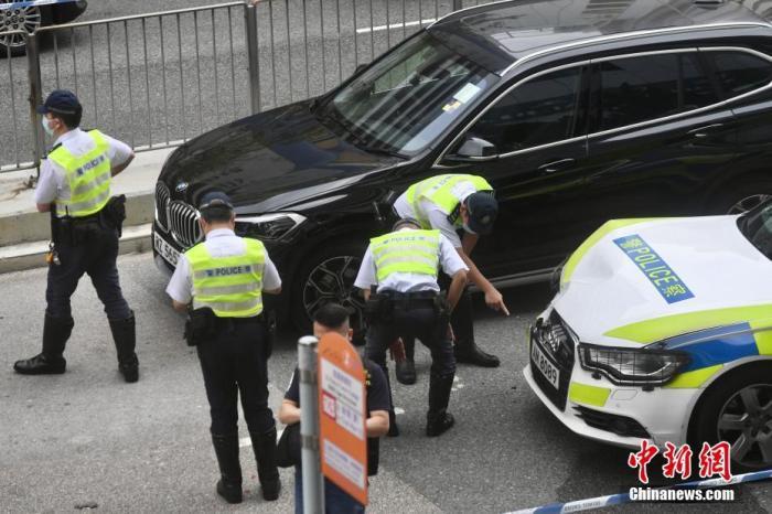 4月8日上午,香港沙田发生一宗开枪事件,有警员于沙田追截一辆可疑私家车,该车辆为逃离追截多次冲红灯,并疯狂驾驶至威尔斯亲王医院对出的银城街,期间撞到多辆车辆,警员开一枪击中涉事男子右肩截停。警方指涉事车辆行车证已过期,在车尾发现可用作爆窃的工具,涉事司机涉嫌危险驾驶及藏有工具作非法用途等被捕。图为事件中警方车辆车头损毁。<a target='_blank' href='http://www.chinanews.com/'>中新社</a>记者 李志华 摄