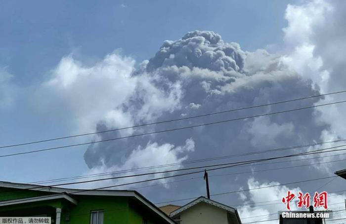当地时间4月9日,位于加勒比海岛国圣文森特和格林纳丁斯的拉·苏弗里耶尔火山连续三次爆发,喷出的火山灰柱高达15千米。喷发出的烟尘延伸超6公里。