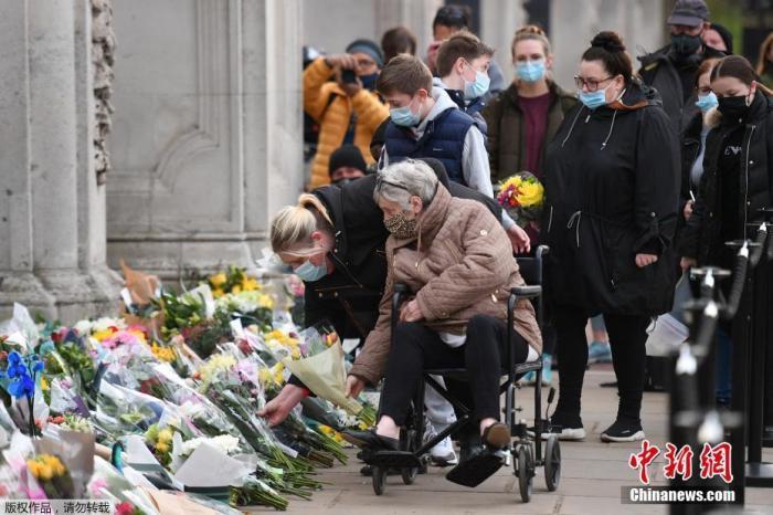 资料图:当地时间2021年4月9日,英国伦敦,英国白金汉宫发表声明称,菲利普亲王去世,享年99岁。民众聚集在白金汉宫前,献花并悼念菲利普亲王的离世。