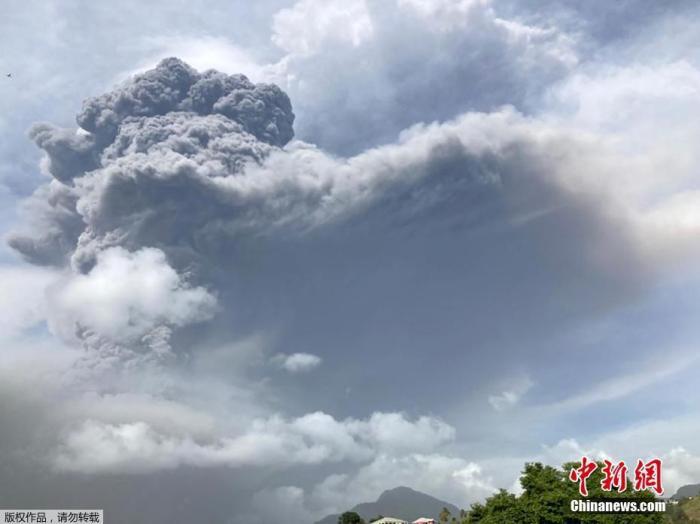 当地时间4月9日,位于加勒比海圣文森特岛上的拉·苏弗里耶尔火山连续三次爆发,喷出的火山灰柱高达15千米。喷发出的烟尘延伸超6公里。