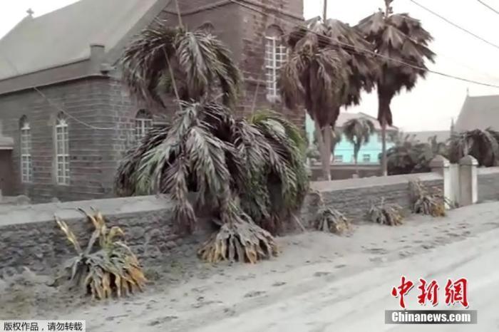 灰烬覆盖 宛如战场!加勒比海岛国火山喷发致断水断电