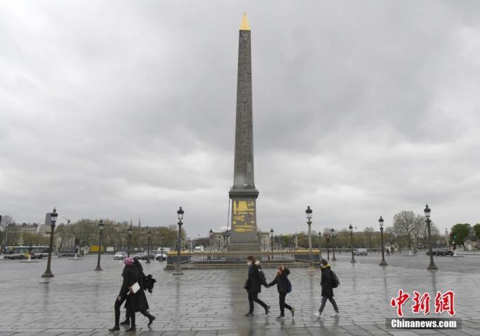 当地时间4月10日,图为行人经过巴黎市中心的协和广场。  中新社记者 李洋 摄