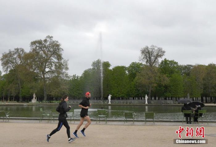 资料图:图为法国市民在巴黎街头跑步。  中新社记者 李洋 摄