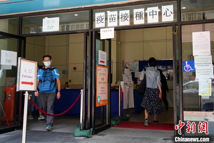 资料图:4月11日,众多市民前往香港官涌市政大厦的社区疫苗接种中心接种新冠疫苗。  中新社记者 张炜 摄