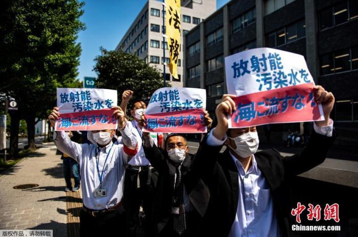 当地时间4月12日,正正在东京辅弼府中,当地公家举行集会抗议日本政府计划将受灾的福岛核电站净化水排放进海。