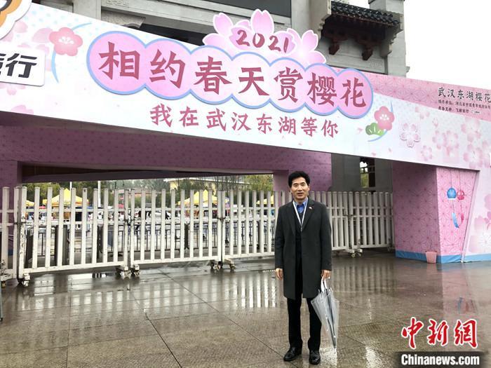 图为3月18日姜承锡受邀参观武汉东湖樱园。(资料图片) 中新社发  郭煜 摄