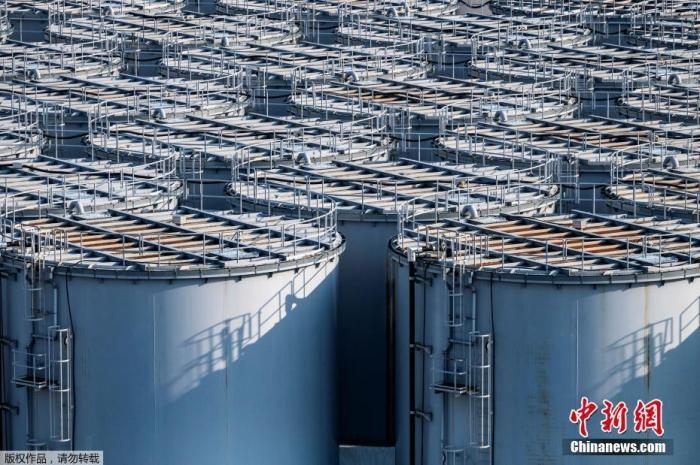 4月13日,日本政府正式决定,福岛第一核电站核污水经过滤并稀释后将排入大海。据日本共同社报道,13日上午日本首相菅义伟召开阁僚会议正式决定将福岛第一核电站污水排放入海。图为2月11日的日本福岛第一核电站核污水储水罐。