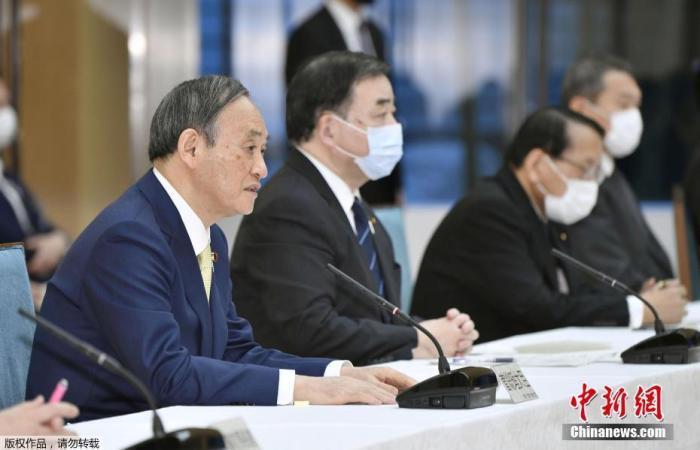 4月13日,日本政府正式决定,福岛******核电站核污水经过滤并稀释后将排入大海。图为日本首相菅义伟(左一)出席内阁会议。