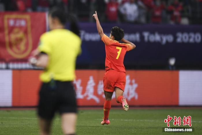 比赛中,姜綵林为韩国队首开记录,崔宥莉将比分扩大,此时韩国队将总比分反超。杨曼下半场为中国队扳回一城,两队进入加时。最终王霜禁区前冷静射门得手,完成绝杀。 图片来源:视觉中国