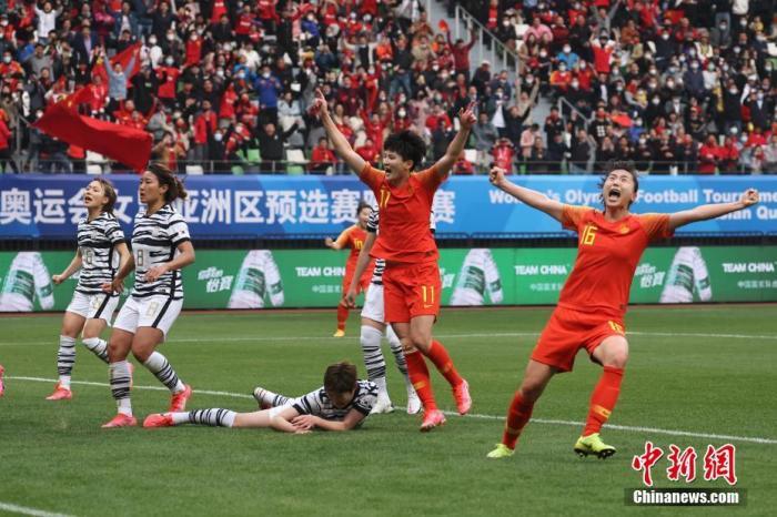 4月13日,中国队球员庆祝进球。当日,在江苏苏州举行的东京奥运会女足亚洲区预选赛附加赛第二回合的比赛中,中国队通过加时赛以2比2战平韩国队,从而以总比分4比3胜出,晋级东京奥运会。 <a target='_blank' href='http://www.chinanews.com/'>中新社</a>记者 泱波 摄