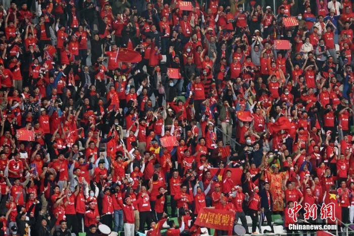4月13日,球迷为中国女足加油。当日,在江苏苏州举行的东京奥运会女足亚洲区预选赛附加赛第二回合的比赛中,中国队通过加时赛以2比2战平韩国队,从而以总比分4比3胜出,晋级东京奥运会。 <a target='_blank' href='http://www.chinanews.com/'>中新社</a>记者 泱波 摄