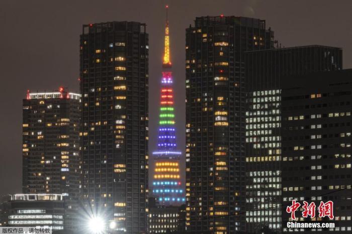当地时间4月14日,日本东京多处地标举行亮灯活动迎接2020东京奥运会倒计时100天。图为东京塔被点亮。