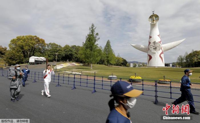 當地時間4月13日,日本大阪,東京奧運會圣火在大阪府傳遞。受新冠疫情影響,火炬手舉著火炬從一個空蕩蕩的公園穿過,周圍十分冷清。
