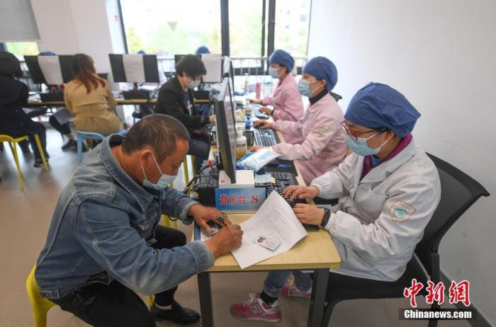 资料图:市民有序接种新冠疫苗。中新社记者 王刚 摄