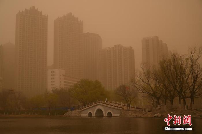 4月15日,呼和浩特出现沙尘天气,天空昏黄。<a target='_blank' href='http://www.chinanews.com/'>中新社</a>记者 刘文华 摄