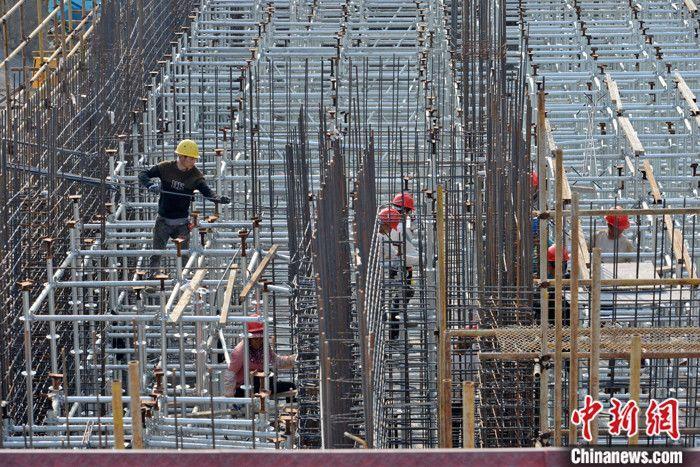 图为3月中旬,工人在福建泉州一大桥工地上施工。(资料图片) 中新社记者 王东明 摄