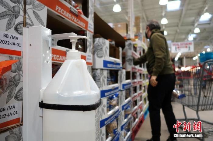 当地时间4月16日,加拿大多伦多一大型仓储店内,店家在货架旁放置酒精洗手液供顾客使用。当天,加拿大累计报告新冠病例数突破110万例。人口第一大省、同时也是累计报告病例数最多的省份安大略省也宣布进一步升级防控要求,延长和加强居家令等封锁措施。 <a target='_blank' href='http://www.chinanews.com/'>中新社</a>记者 余瑞冬 摄