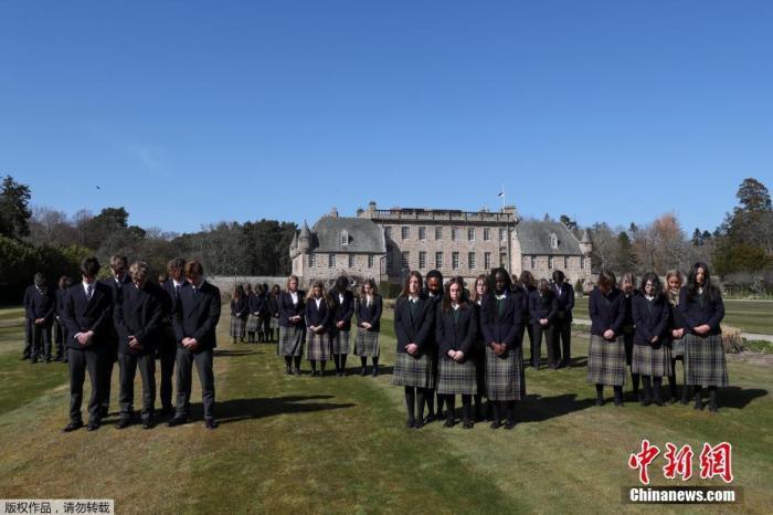 当地时间4月17日,英国女王伊丽莎白二世的丈夫英国菲利普亲王的葬礼在伦敦附近的温莎城堡举行。葬礼开始前,英国全国默哀一分钟。图为苏格兰一所学校的学生默哀。