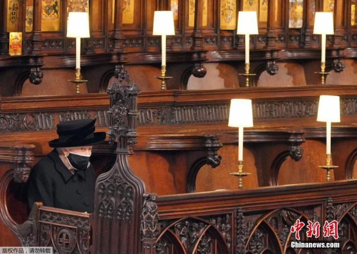 当地时间4月17日下午3时,英国女王伊丽莎白二世的丈夫英国菲利普亲王的葬礼在伦敦附近的温莎城堡举行。图为英国女王伊丽莎白二世出席葬礼。