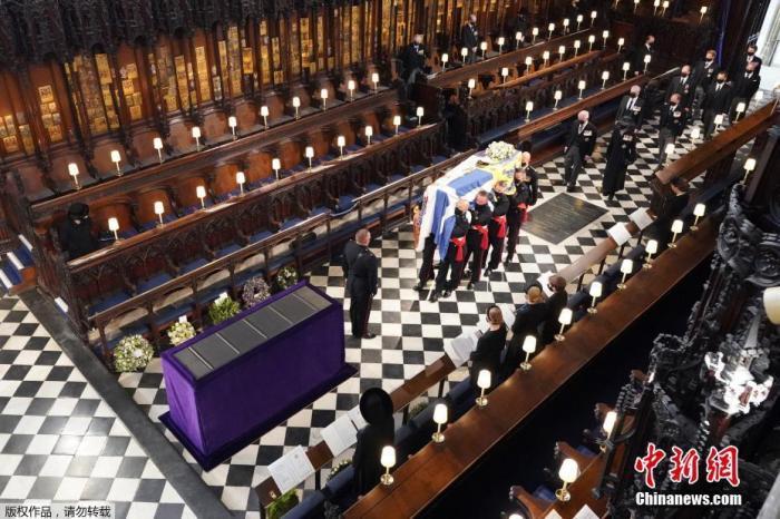当地时间4月17日下午3时,英国女王伊丽莎白二世的丈夫英国菲利普亲王的葬礼在伦敦附近的温莎城堡举行。图为菲利普亲王的棺椁抬入温莎城堡内的圣乔治教堂。