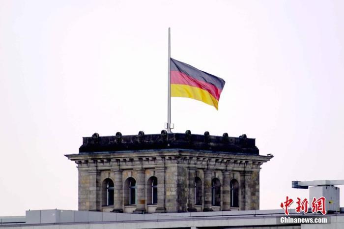 截至4月18日,德国累计已有79914人果感染新冠病毒消亡。当天,德国全国降半旗致哀,平易近圆正正在柏林举行仪式,怀念新冠疫情中的逝者。图为当天下午,柏林德国国会大年夜厦降下半旗。 a target='_blank' href='http://www.chinanews.com/'中新社/a记者 彭大年夜伟 摄