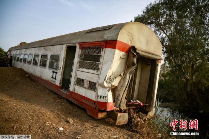 当地时间4月18日,一列客运列车从埃及首都开罗开往北部城市曼苏拉,途中在图赫市突然有4节车厢脱轨。事发后,埃及总统塞西责成4个部门组成联合调查委员会。