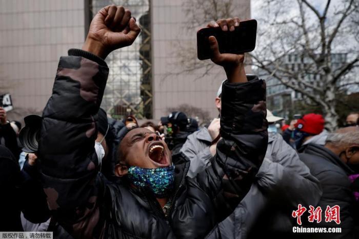 图为美国民众在街头激动高呼。