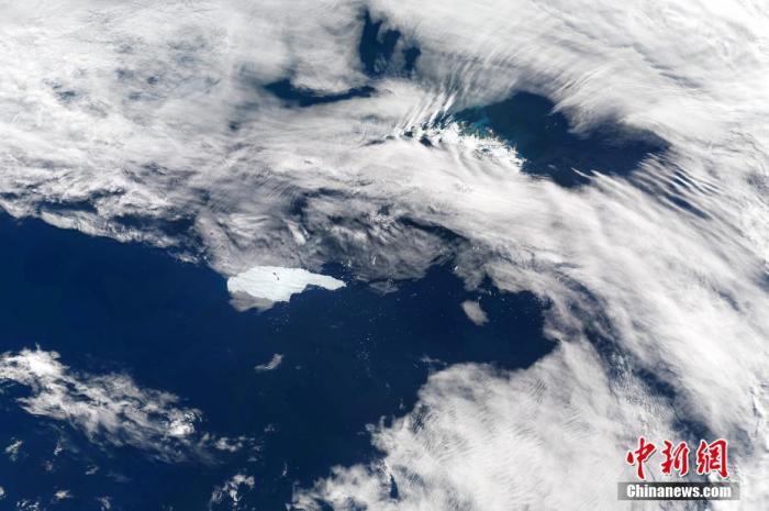 当地时间2020年12月2日,南乔治亚岛,世界最大冰山A68a正向南乔治亚岛漂移。科学家认为,A68冰山与南极大陆冰盖的分离是自然现象,与人类活动引发的气候变化无关。图片来源:视觉中国