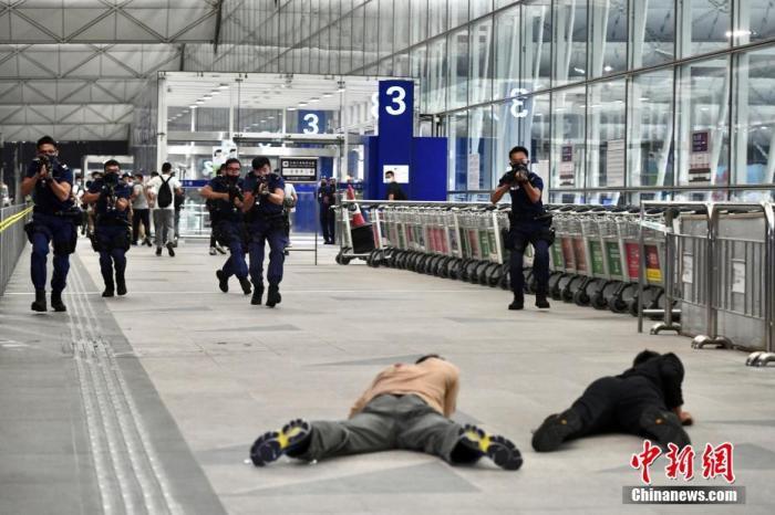 图为警方进行反恐演习。中新社记者 李志华 摄