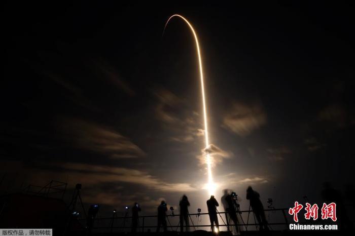 """外媒:载人""""龙""""飞船已与国际空间站成功对接图片"""