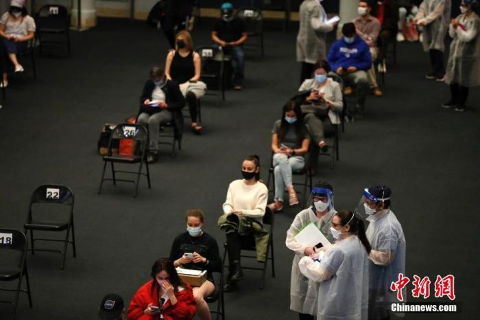 当地时间4月23日,位于纽约的美国自然历史博物馆开辟米尔斯坦海洋生物大厅为新冠疫苗接种点,为18岁以上的纽约居民接种新冠疫苗。<a target='_blank' href='http://www.chinanews.com/'>中新社</a>记者 廖攀 摄