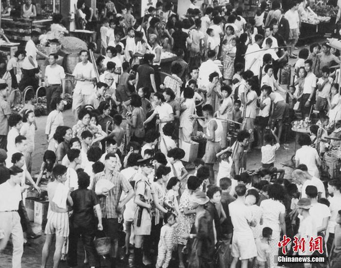 1963年5月2日,港英当局将供水时间减为每天3小时,当年6月1日开端每4天供水4小时。图为轮候取水的混乱场面。(粤海集体供图 )