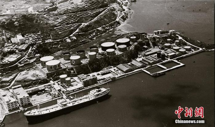 1963年,喷鼻香港蒙受百年一遇的大年夜涝,缺水严重。为加缓水荒,港英当局征得广东省同意,租用多艘邮轮到珠江心抽取海火。图为满载海火的油轮正正正在码头卸下海火的状况。(粤海集体供图 )