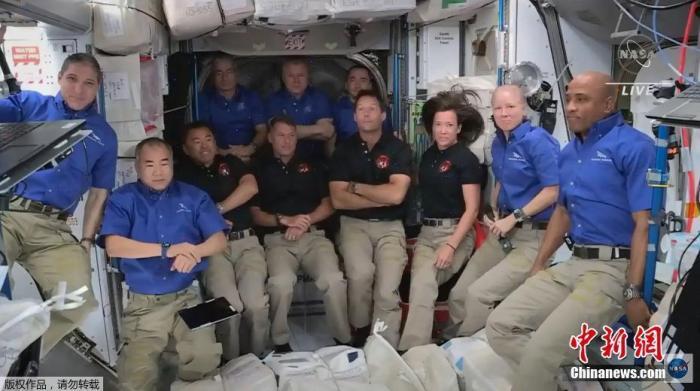 """美国东部时间4月24日上午7时05分,搭乘美国太空摸索技能公司(SpaceX)载人""""龙""""飞船的4名宇航员抵达国际空间站。图为空间站内的宇航员们一起合影。"""