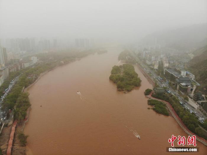4月26日,兰州出现沙尘天气,黄河两岸建筑景观被风沙笼罩。(航拍图片)<a target='_blank' href='http://www.chinanews.com/'>中新社</a>记者 杨艳敏 摄