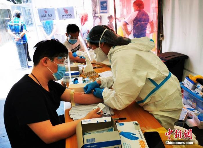 当地时间4月25日,菲律宾恩典检测中心,准备乘坐赴华航班的旅客在接受血检抽血。<a target='_blank' href='http://www.chinanews.com/'>中新社</a>记者 关向东 摄