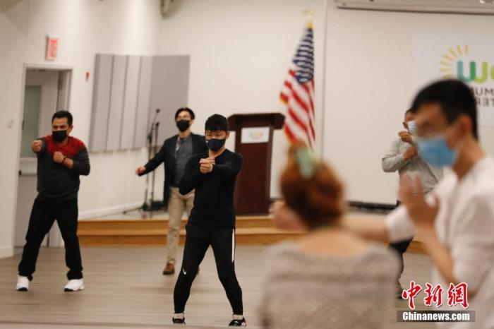 """当地时间4月25日,美国纽约法拉盛亚裔社区自发成立的""""公共安全巡逻队""""队员以及部分民众,在该社区活动中心进行防卫术训练,提高安防能力。/p中新社记者 廖攀 摄"""