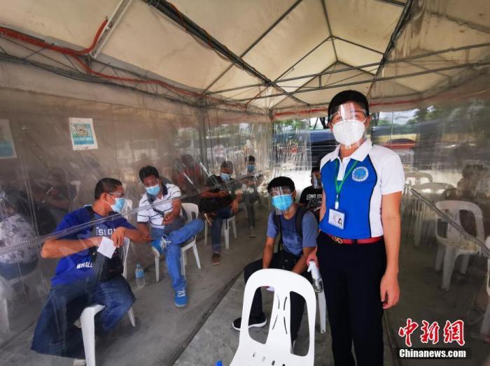 当地时间4月25日,菲律宾恩典检测中心,准备乘坐赴华航班的旅客在等候检测。 <a target='_blank' href='http://www.chinanews.com/'>中新社</a>记者 关向东 摄