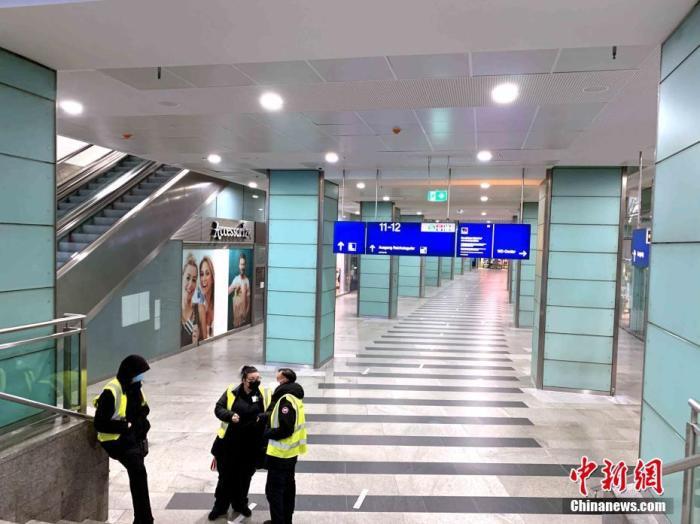 """当地时间4月26日22时许,柏林最繁忙的地铁换乘站弗里德里希大街车站内只剩工作人员。当天,德国柏林迎来该国实施包括宵禁令在内的全国统一""""紧急制动""""防疫新规后的首个工作日。根据规定,该国疫情严重的县市需实施宵禁令,每天22时至次日凌晨5时如无必要理由不得离家外出。由于第三波疫情形势严峻,包括柏林在内的德国绝大多数城市现均满足""""紧急制动""""的条件。 /p中新社记者 彭大伟 摄"""
