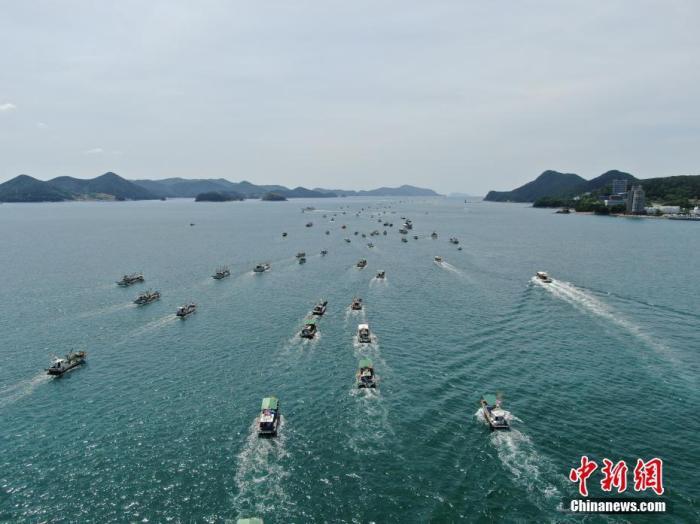 资料图:韩国350艘渔船集体出海,抗议日本将核污水排入海的计划。中新社发 韩国统营巨济环境运动联合会 供图