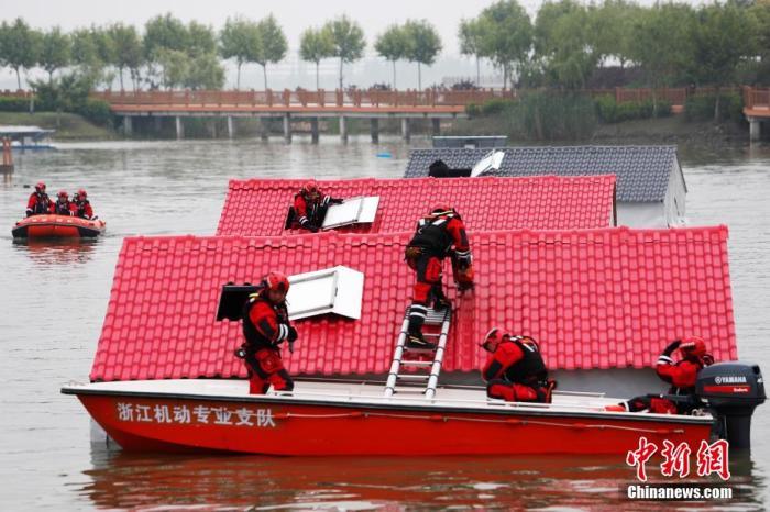 资料图:4月28日,上海市公安局警务航空队正在淀山湖水域进行应急救援。殷立勤 摄