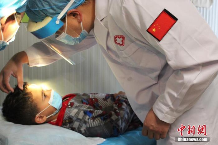 資料圖:2021年4月27日,中國第19批赴黎巴嫩維和醫療分隊駐地附近一名黎巴嫩兒童不慎摔傷,分隊積極實施醫療救助,軍醫何國平、護士李莉成功為傷者實施了清創縫合手術。 <a target='_blank' href='http://www.hangyeguanli.cn/'>中新社</a>發 第19批赴黎維和醫療分隊 供圖