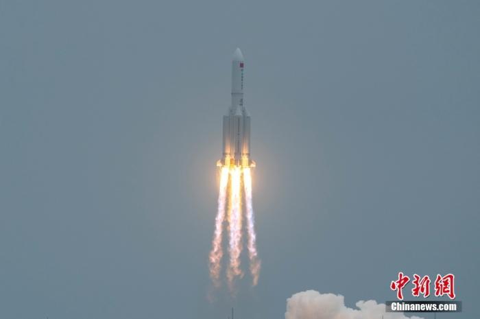 图为长征五号B遥二运载火箭从中国文昌航天发射场升空。中新社记者 骆云飞 摄