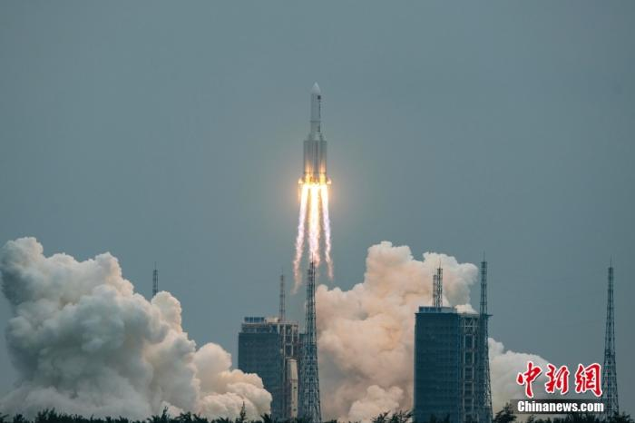图为长征五号B遥二运载火箭在中国文昌航天发射场点火升空。中新社记者 骆云飞 摄