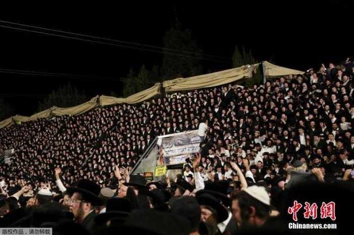 当地时间4月29日,以色列北部的梅隆山,犹太教徒站在讲坛上唱歌跳舞。据路透社报道,活动上发生踩踏事件。报道援引以色列媒体的说法称,事件已导致至少38人死亡。