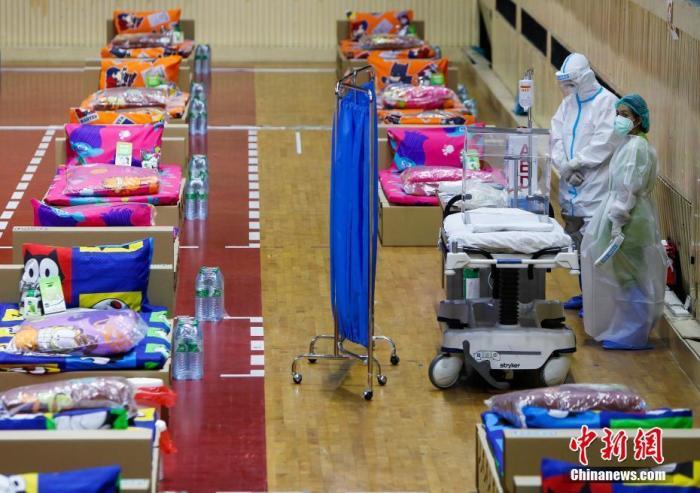 当地时间4月29日,泰国曼谷,泰国当前新冠疫情形势严峻,图为由曼谷尼米布尔体育场临时改造成的新冠患者病房。 图片来源:视觉中国
