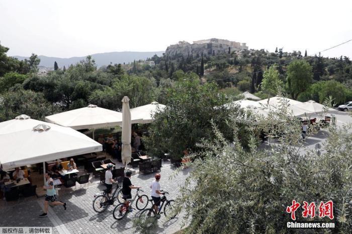 当地时间5月3日,希腊雅典,一家咖啡馆重新营业。