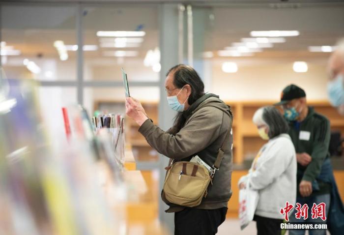 当地时间5月3日,读者在美国加州旧金山公立图书馆总馆借阅图书。 <a target='_blank' href='http://www.chinanews.com/'>中新社</a>记者 刘关关 摄